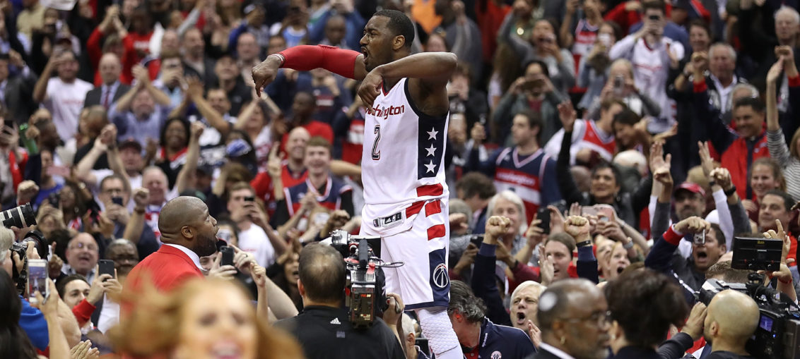 WASHINGTON, DC - Mai 2017: John Wall célébrant la victoire des siens face aux Celtics grâce à son Game Winner à 3-pts (Photo by Rob Carr/Getty Images)
